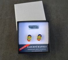 Button earrings by Sadurní Ràfols. Silver fit. Presented in stylish gift-box. Decored with 18 kts gold. Made in Barcelona / Pendientes botón de cristal by Sadurní Ràfols. Plata de ley y acabados en oro de 18 kts / Arracades de vidre decorades amb fornitura de plata i acabats d'or de 18 ct #glass #jewelry #handmade #gold #earrings #handcraft