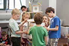 Warsztaty dla dzieci z meblami SMART by VOX.  W niedalekiej przyszłości, ludzkość jest w posiadaniu budulca, z którego można tworzyć zupełnie nowe światy oraz ich mieszkańców. Nam zostało przydzielone niezwykle ważne zadanie testowania wynalazku. Czy sprawdzi się w naszych dłoniach?    Zobacz jak uczestnicy warsztatów tworzą dużych rozmiarów mieszkańca wyspy, który stanie się eksponatem na Festiwalu Designu i Kreatywności dla Dzieci (25 i 26 maja w Concordia Design w Poznaniu). Couple Photos, Couples, Couple Shots, Couple Photography, Couple, Couple Pictures