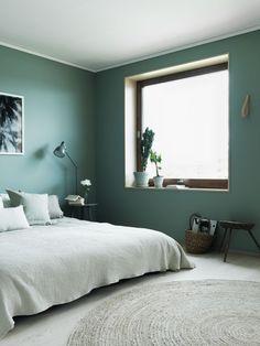 Gröna kulörer på sovrumsväggarna skapar lugn. // Skanska Nya Hem