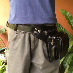 Dieser neue Utility Ledergürtel / Tech Reisetasche verfügt über 3 separate Fächer, um alle wichtigen Dinge unterwegs zu organisieren. Die vordere Tasche hat einen Magnetverschluss für schnellen Zugriff auf Ihre Geldbörse und Schlüssel. Die Mitte mit Reißverschluss wird ein Iphone