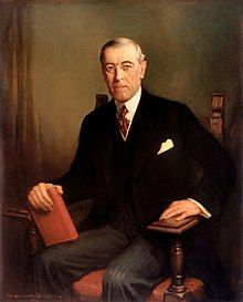 THOMAS WOODROW WILSON (1856-1924) - Fue un político y abogado estadounidense, vigésimo octavo presidente de los Estados Unidos, que asumió el cargo desde 1913 a 1921. Llevó a cabo una política exterior intervencionista en Iberoamérica y neutral en la Gran Guerra hasta 1917.