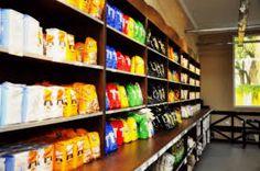 Esté es el interior del almacén. Se vende diversos artículos de uso cotidiano.