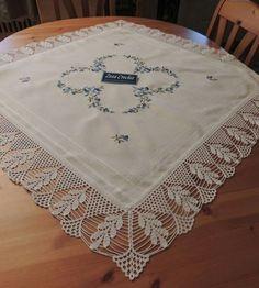 La imagen puede contener: tabla e interior Crochet Lace Edging, Crochet Borders, Thread Crochet, Crochet Doilies, Hand Crochet, Knit Crochet, Fillet Crochet, Crochet Decoration, Crochet Flowers