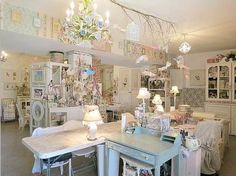 PRETTY SHABBY CHIC FABS IN WHITE FRAMES NEAR CEILING. MATIN LUMINEUX: Patchwork-quilting