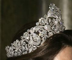 Queen Silvia of Sweden wearing the Braganza (or Bragança) tiara. Composed of arabesques, flowers, and leaves depicted in diamonds and mounted in gold and silver, this tiara measures just under 5 inches tall. Royal Tiaras, Tiaras And Crowns, Real Crown, Buy Gold Jewellery Online, Royal Family Trees, Diamond Tiara, Diamond Ice, Pageant Crowns, Royal Jewelry