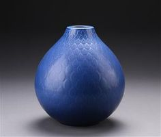 Nils Thorsson for Aluminia. Stor løgformet 'Marselis' vase af fajance, dekoreret med blå glasur, sign. monogram *NT'. H. 30, Ø 25 cm. <br><br>Denne vare er en del af en tema-auktion over keramik hos Lauritz.com Roskilde.