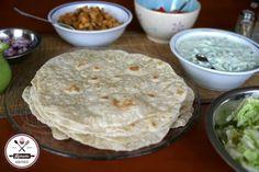 Pita, könnyen tekerhető lapok a bolti ár töredékéért. Gyro Pita, Homemade Tortilla Chips, Vegetarian Recipes, Cooking Recipes, Hungarian Recipes, Saveur, Light Recipes, Diy Food, Food And Drink