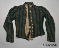 1890 Uppland. 2-delad klänning a, b. Av hemvävt ylletyg i tuskaft, varpen bredrandig i grönt och ljusbrunt med tunn vit skiljelinje mellan ränderna, inslaget av grönt tunt ullgarn.