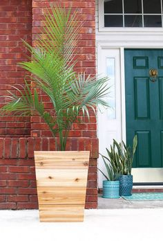 How to build a DIY modern, tapered cedar planter - free design plans and tutorial from Jen Woodhouse. Use the tutorial for planter Tall Planter Boxes, Planter Box Plans, Diy Planter Box, Tall Planters, Chair Planter, Diy Wooden Planters, Diy Planters Outdoor, Cedar Planters, Outdoor Decor