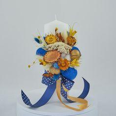 Lumanare de botez nemuritoare cu aranjament floral realizat pe o parte, alcătuit din flori de bumbac, gheme si o selectie de plante stabilizate si flori uscate in cromatica albastru, auriu, galben si alb, pentru o nota de eleganta aparte.  Avantajele unei lumanari cu flori nemuritoare este acela ca are proprietati decorative ce nu dispar, florile raman la fel de frumoase, nu isi pierd stralucirea culorilor, nu li se scutura petalele, astfel ca lumanarea poate fi pastrata un timp indelungat. Birthday Candles, Concept, Table Decorations, Blue, Home Decor, Homemade Home Decor, Decoration Home, Dinner Table Decorations, Interior Decorating