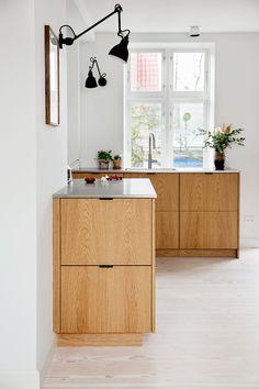 Modern Kitchen Design Simple drawer fronts might be a good option! I wonder what they'd look like in a dark gray stain? Best Kitchen Designs, Modern Kitchen Design, Modern Design, Minimalist Dining Room Furniture, Luxury Kitchens, Cool Kitchens, Kitchen Interior, Kitchen Decor, Ideas Hogar