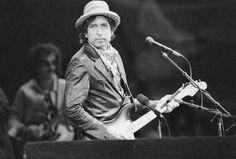 Prêmio Nobel de Literatura é concedido ao cantor Bob Dylan. O prêmio Nobel de Literatura 2016 foi atribuído a Bob Dylan, por ter criado novas formas de...