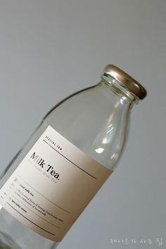 Milk Packaging, Beverage Packaging, Bottle Packaging, Packaging Design, Simple Packaging, Tea Labels, Retro Cafe, Tea Design, Strawberry Milk