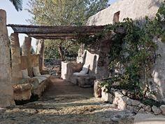 In basso, l'esterno della Lamia, con sedili in pietra e canniccio protettivo.