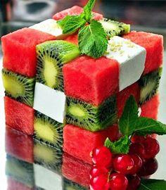 Rubik's Cube Fruit Salad El cubo de Rubik a la tercera potencia! Dados de Sandía, Kiwi y queso de cabra, hojas de yerbabuena para adornar...