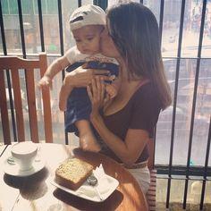 Hoy queremos compartir una hermosa instantánea de @vanssangel quién nos visitó con su pequeño bebé  y disfrutó de un dulce momento.  Gracias por tu genial visita  #AromaDiCaffé #MomentosAroma #SaboresAroma #Café #Postres . . regram @vanssangel Mi compañero te amoooo... compartiendo la tarde en @aromadicaffe