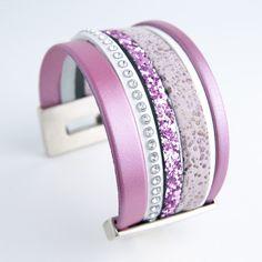 Manchette cuir rose et blanche strass de Swarovski : Bracelet par l-et-e-creations