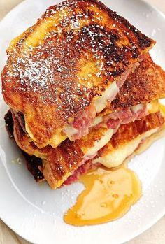 チーズとハムをパンにサンドし卵に浸しフレンチトーストのように焼き上げます。甘さとしょっぱさ、ふわふわカリカリ感を両方楽しめるリッチなメニューです。