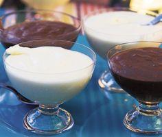 Ett fantastiskt gott recept på vit chokladmousse som passar utmärkt att servera till efterrätt. Du gör desserten av vit choklad, grädde, ägg och vit rom. Lyxigt och oemotståndligt!