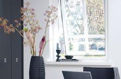 In huis speelt ventilatie een belangrijke rol. Belangrijk hierbij is dat u frisse lucht naar binnen laat, maar insecten buiten houdt. Luxaflex® Horren zijn hiervoor de ideale oplossing en bieden volop mogelijkheden voor vrijwel ieder raam of deur. De Horren worden voor u op maat gemaakt van alleen de beste materialen. Ramen, Oversized Mirror, Windows, Curtains, Furniture, Home Decor, Blinds, Decoration Home, Room Decor