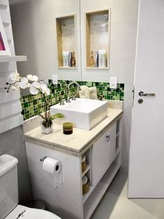 Banheiro verde lindinho Bathroom Renos, Bathroom Renovations, Small Bathroom, Bathroom Design Inspiration, Bad Inspiration, Small Space Living, Furniture Makeover, Sweet Home, House Design