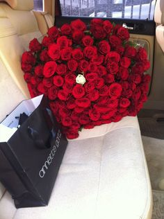 Wow! Idk what I have to do to receive these!  In PINK. Of course ( do not like red roses) ;)♡