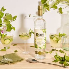 These Refreshing Mint Cocktails Definitely Beat Chewing Gum Liquor Drinks, Vodka Cocktails, Alcoholic Drinks, Beverages, Cucumber Vodka, Vodka Recipes, Tea Recipes, Drink Recipes
