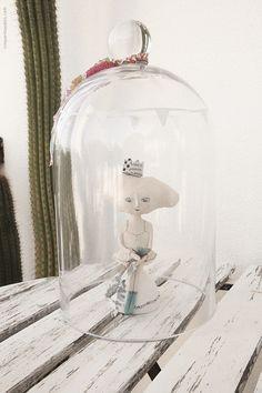Ooooohhh...mais uma artista da nossa lista de favoritos... Anna Westerlund, uma apaixonada pela arte da cerâmica... e nós apaixonados pelas suas peças!!! É tudo tão lindo, tão simples e tão inspirador, que não podemos deixar de ter algumas das suas peças na nossa casa. Mas queremos mais, mais e mais. Visitem o sitee confirmem se não são absolutamente encantadoras!          Bules, chávenas de chá, jarros, caixas,... tudo lindo! Tudo saído de um conto fantástico. A nossa princesa...  …