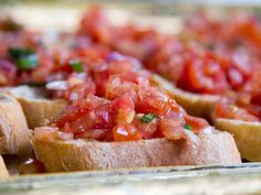 Good as Appetizer, Side dish or Snack, it's vegan, healty and super-tasty! Bruschetta is AMAZING and very easy to prepare, what are you waiting for? Bruschetta Recept, Tomato Bruschetta, Vegan Eggplant Parmesan, Recipe For 8, Gluten Free Puff Pastry, Grilled Bread, Fruit Cobbler, Xmas Food, Clean Eating Snacks