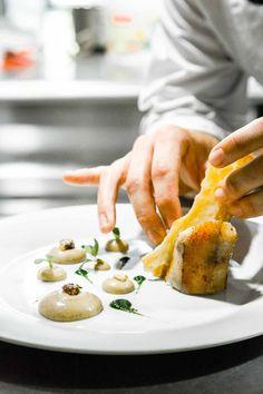 Apporter la touche finale au râble de lapin fermier à la façon d'une porchetta, servi dans notre restaurant gastronomique Le Gourmet....