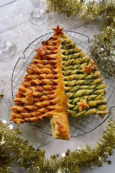 Puff pastry tree with chorizo ​​and spinach pesto - Au Fil du Thym - Puff pastry tree with chorizo ​​and spinach pesto – Aperitif idea for Christmas - Tapas, Xmas Food, Snacks Für Party, Pesto Recipe, Pumpkin Spice Cupcakes, Christmas Appetizers, Food Videos, Healthy Snacks, Brunch