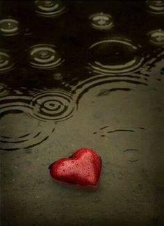 Ey aşk, yaptığını beğendin mi? Yetimler gibiyim ziyafetten aç dönen, Ters yakılan sigara, hemencecik söndürülen, Yoksulluk ile vakit geçer mi?   #İbrahim #Tenekeci #ibrahimtenekeci