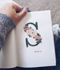 Shayda Campbell sur Instagram: Make your initial into something puurdy ✨ This is one of those simple journal pages that's just FUN to create! Find this- and loads more…
