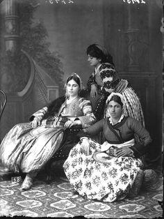 Auch diese Damen hatten sich für diese Aufnahme aus dem Jahr 1912 herausgeputzt. Mit dem Erfolg des Studios schaffte Marubi Sessel und verschiedene Hintergrundmotive an.