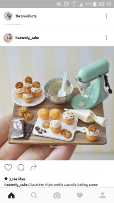 Small cup cakes do you want to eat Cute Polymer Clay, Polymer Clay Miniatures, Polymer Clay Charms, Dollhouse Miniatures, Miniature Kitchen, Miniature Crafts, Miniature Food, Miniature Dolls, Barbie Food