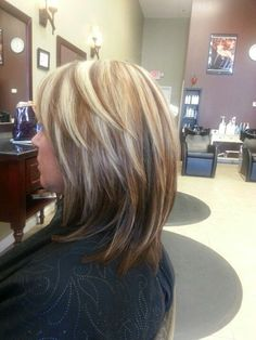 Haircuts Trends Hi lites & low lites Discovred by : Beaded & Co. Essential Oil Diffuser Jewelry & More For Women & Men Medium Hair Cuts, Short Hair Cuts, Medium Hair Styles, Short Hair Styles, Haircut Trends 2017, Hair Highlights And Lowlights, Color Highlights, Hair Color And Cut, Trending Haircuts