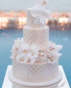 Mais um lindo bolo para inspirar! #bolo #bolodecasamento #bolocomflores…