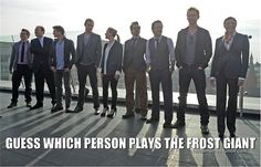 Avengers actors guess which person plays the frost giant Loki Tom Hiddleston. This is partially angle/perspective really bc he and Chris Hemsworth are about the same height. Marvel Jokes, Avengers Memes, Marvel Funny, Marvel Avengers, Avengers Cast, Loki Funny, Avengers Actors, Loki God Of Mischief, Thomas William Hiddleston