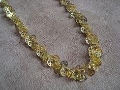 """Colar confeccionado em corrente e pingentes com o símbolo """"Paz e Amor"""" em metal dourado. R$41,90"""