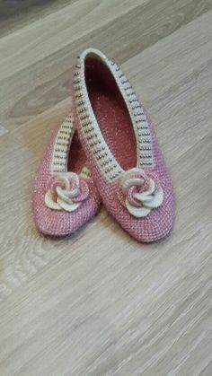 This Pin was discovered by HUZ Knitted Slippers, Crochet Slippers, Tunisian Crochet, Diy Crochet, Afghan Stitch, Yarn Projects, Knitting Socks, Sock Shoes, Womens Slippers