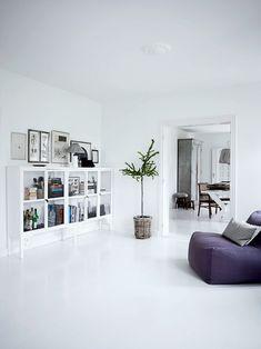 Malede gulve er den perfekte løsning til at skabe ro i et rum, til at bringe lys ind i rummet og til at skabe stemning. Jeg malede mine køkkengulve hvide for en del år siden, og det betød alverden ...