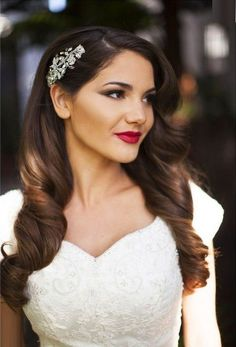Vintage Wedding Hair Become a vintage vixen with one of these incredibly beautiful retro wedding hairstyles. - Become a vintage vixen with one of these incredibly beautiful retro wedding hairstyles. Bridal Hair And Makeup, Bridal Beauty, Wedding Beauty, Hair Makeup, Wedding Hair And Makeup Brunette, Curly Bridal Hair, Indian Bridal Hair, Bridal Makeup For Brunettes, Eye Makeup