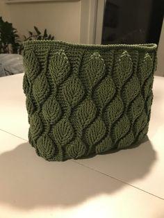 Sådan hækler du en smuk taske med - By Damsbak % Diy Crochet And Knitting, Crochet Clothes, Crochet Stitches, Knitting Patterns, Crochet Patterns, Crochet Leaves, Afghan Blanket, Crochet Purses, Knitted Bags