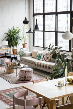 Apartment Living Room - The author has explained about living room decor in this article. You've got to know about how to design your small apartment with superior living room furniture pieces. Loft Apartment Decorating, Apartment Interior, Home Interior, Apartment Living, Interior Design, Modern Interior, American Interior, Apartment Chic, York Apartment