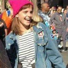 ❤️NEW PHOTOS❤️ Ieri 20 gennaio Emma ha partecipato alla Women's March di Los Angeles ♀️ L'anno precedente aveva partecipato a quella fatta a Washington, infatti quella di Los Angeles non sarà l'unica marcia, ma ne sono previste molte altre sparse nelle principali città. [foto via Emma Watson updates] Crediti : Emma Watson vuoi sposarmi? Instagram : https://www.instagram.com/we.love.emma.watson.crush/ Passate dal nostro gruppo ; https://www.facebook.com/groups/445446642475974/ Twitte