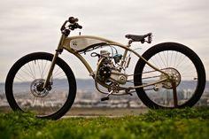 Bicicleta motoritzada d'estil bord track racer amb un toc vintage de Wolf Creative Customs.