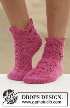 """Crochet DROPS sock with lace pattern in """"Big Fabel"""". ~ DROPS Design"""