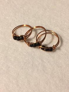 Check this black pearl engagement ring set. This is a yellow & white gold ring set that will age magnificently and make your h Wire Jewelry Rings, Wire Jewelry Designs, Handmade Wire Jewelry, Beaded Rings, Cute Jewelry, Memory Wire Rings, Wire Necklace, Wire Earrings, Piercings