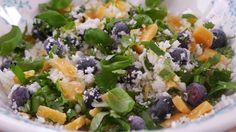 Een prachtige salade met oude kaas en blauwe bessen! Klik voor het recept