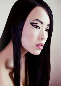 Graphic black eyeliner with pale lips that is that kind of perfect make-up to fit an Asian face, beautiful :D